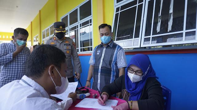 Tinjau Vaksinasi, Bupati Lingga Beri Motivasi Para Pelajar di SMK Negeri 1 Singkep Terkait Vaksinasi
