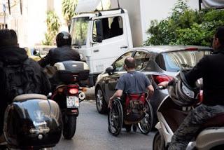 Ο Παναγιώτης αναγκάζεται να βγει στο δρόμο καθώς τα πεζοδρόμια δεν εξυπηρετούν