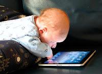 nino usando tablet