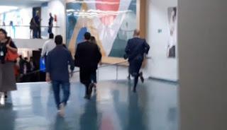 Eduardo Bolsonaro é flagrado correndo na Câmara para fugir da imprensa; veja vídeo