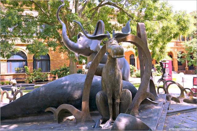 Horton el Elefante y Thidwick the Big-Hearted Moose en el Jardín del Dr. Seuss