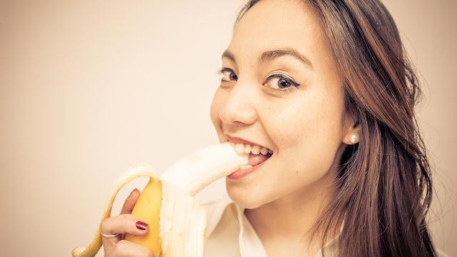cewek makan pisang