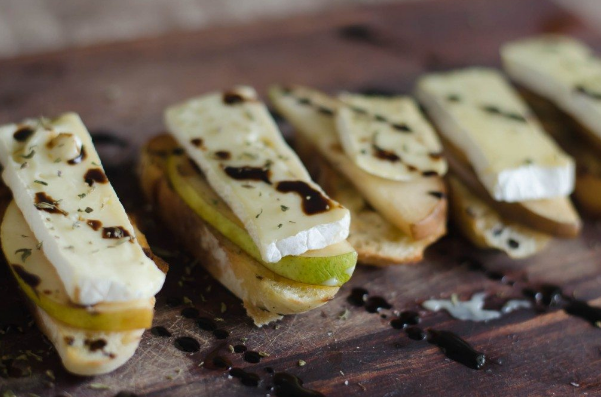 PEAR AND BRIE CROSTINI WITH BALSAMIC AND THYME #diet #healthy #recipes #paleo #keto
