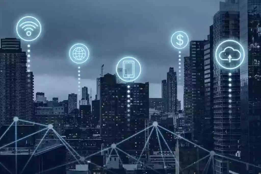 O 5G utiliza ondas de rádio de frequência mais alta do que as usadas pelas redes móveis e atualmente é a mais moderna tecnologia de funcionamento de banda larga, propiciando às pessoas condições de navegar pela internet com velocidade muito maior que o atual 4G, presente na maior parte dos celulares no Brasil.