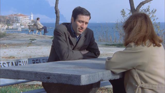 1979 senesinde çekimleri devam eden Kemal Sunal'ın Korkusuz Korkak filminin bir sahnesinin arka planında, Independenta'nın dumanları İstanbul'u karartır...