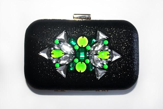 Clutch joya negro brillante con pedrería verde
