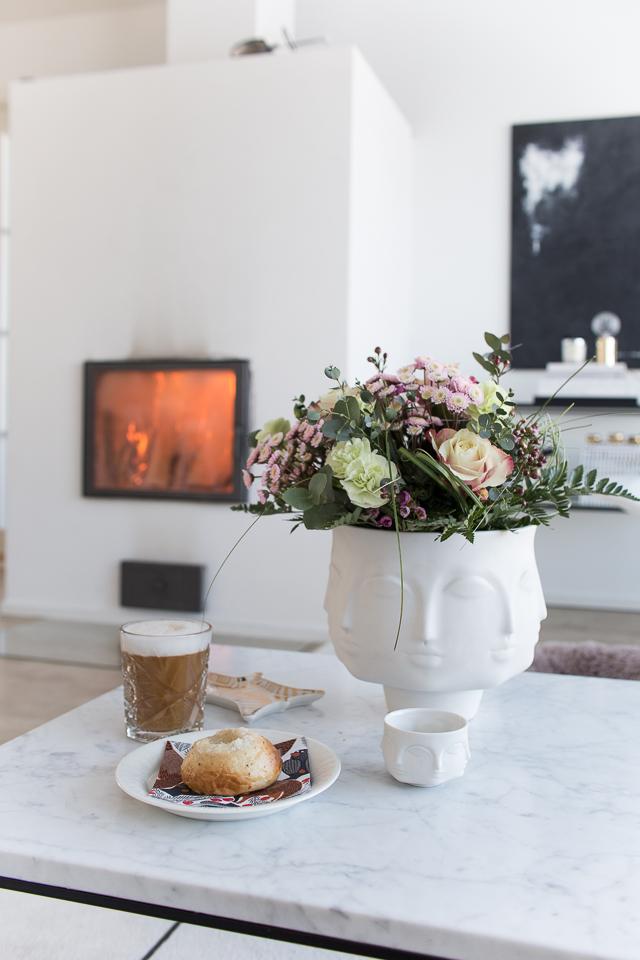 Villa H, parasta juuri nyt, takkatuli, kukat, kahvihetki