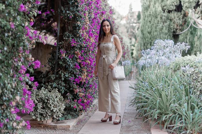 Look de verano con mono de tirantes y botones Revolve sandalias Martinelli y bolso personalizado