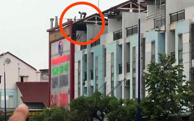 """Thanh niên nghi """"ngáo đá"""", cầm hung khí cố thủ trên nóc nhà 3 tầng"""