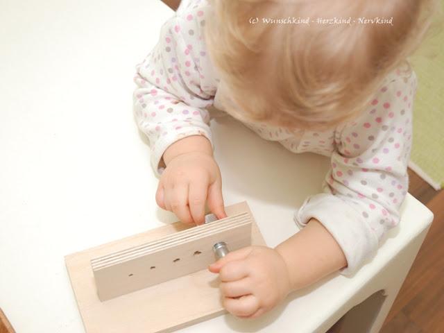 Ein montessori-inspirierter Schraub-Block mit Twercs von Vorwerk selbstgemacht. Twercs Werkzeugkoffer von Vorwerk, ein Erfahrungsbericht.  Mit dem Schraubblock werden Feinmotorik, Augenmaß, Augen-Hand-Koordination und das Verständnis von Größenunterschieden geschult.