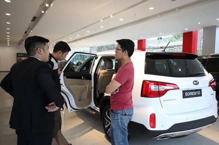 Giảm lệ phí - mất ưu đãi, khách mua ô tô 'tính già hóa non'