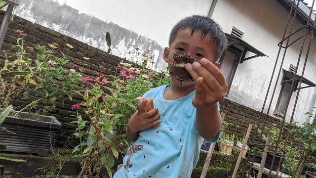 kegiatan-baik-untuk-meningkatkan-imun-melawan-virus-corona-buat-anak-berjemur-di-pagi-hari-wfh-belajar-mengenal-lingkungan-tangakap-kupu-kupu