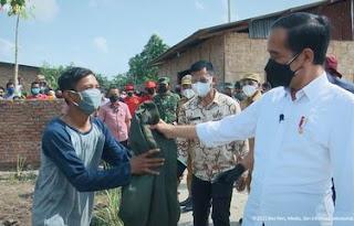 Momen Jokowi Berikan Jaket Hijau Miliknya ke Warga Deliserdang