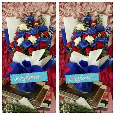 penjual mawar biru di surabaya, toko bunga tangan di surabaya, harga buket bunga mawar surabaya,