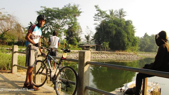 Mengabadikan diri bersama sepeda di Embung Lampeyan