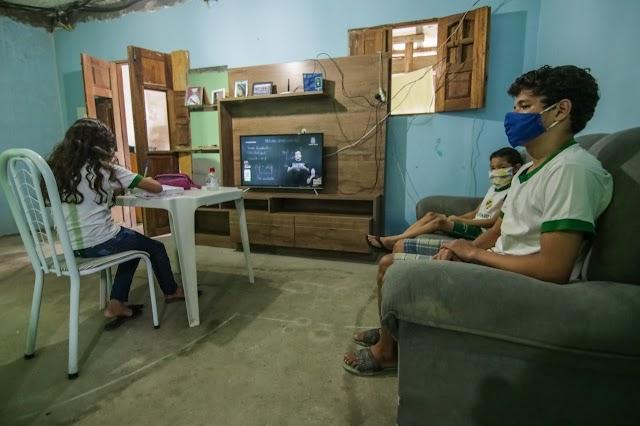 """""""Aula em Casa"""": ensino remoto em Caruaru atendeu estudantes através de diferentes plataformas"""