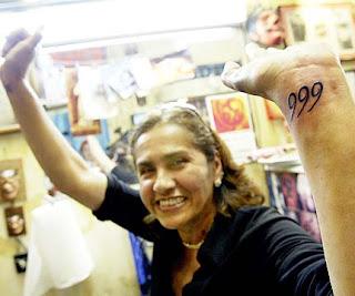Mujer con tatuaje del número 666