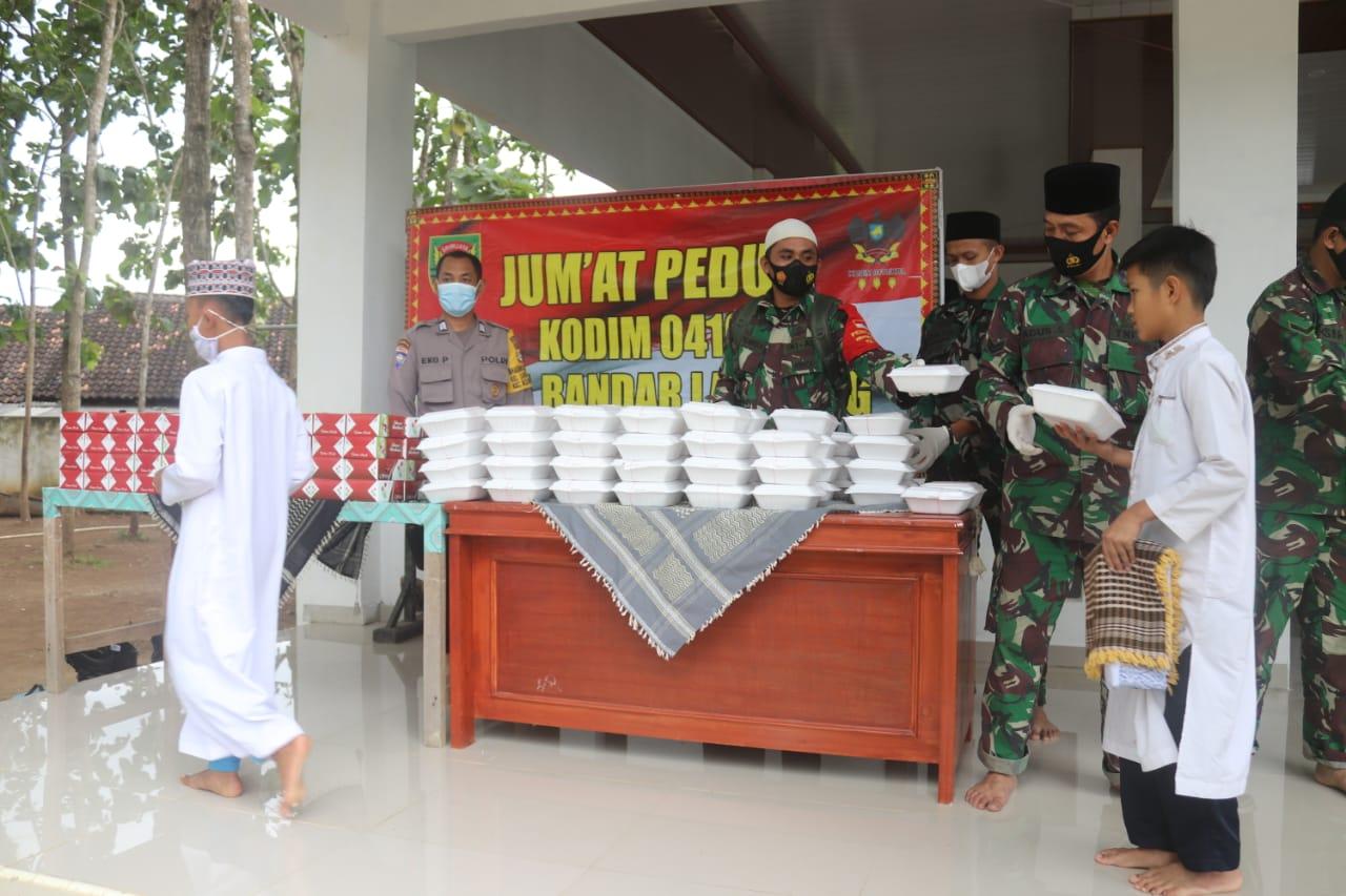 Koramil 410-02TBS Kodim 0410KBL menggelar kegiatan Jum'at Peduli di Masjid Jami' Khoirul Qurun Jln. Untung Suropati