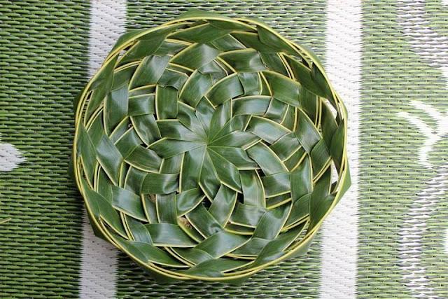 kerajinan piring dari daun kelapa janur