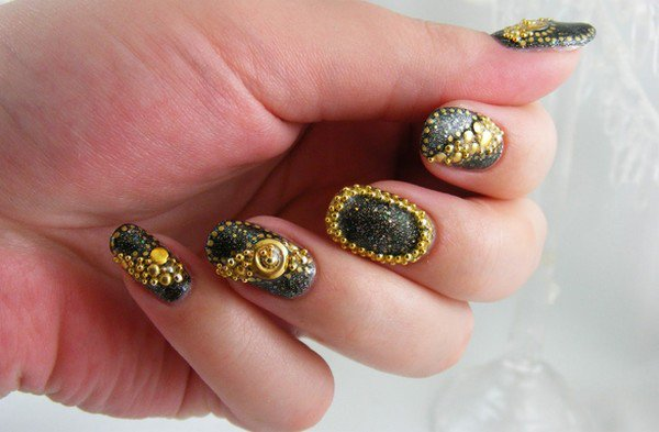 Bellas uñas decoradas con cuencas | Tendencias en uñas decoradas