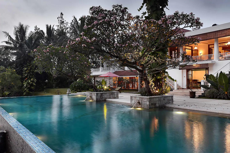 sewa villa di puncak bogor ada infinity pool