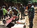 Prajurit TNI Bersama Warga Gotong Royong Pengecoran Jalan Penghubung Program TMMD Sengkuyung Kodim 0706/Temanggung