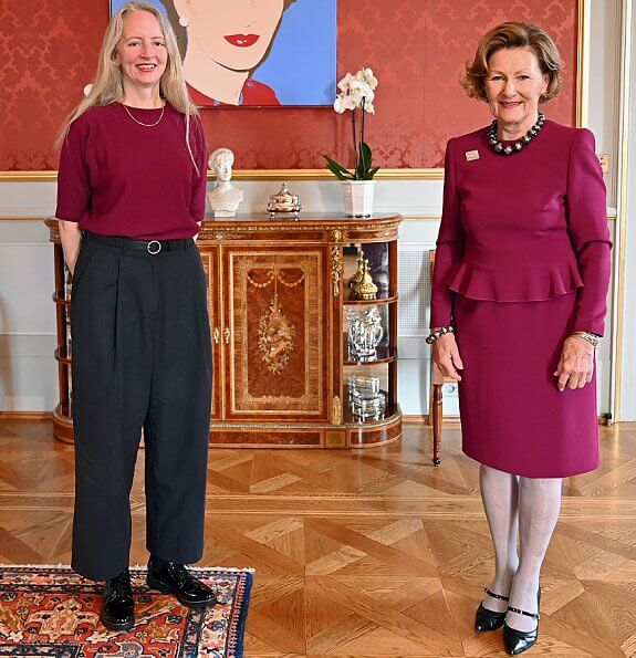 Queen Sonja handed out The Queen Sonja Print Award 2020 in Oslo. Ciara Phillips, an Irish-Canadian artist, became the recipient of the award