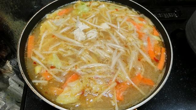 (市販の)野菜ミックスを加え、野菜に火が通るまで煮込みます。沸騰させないように気を付けます