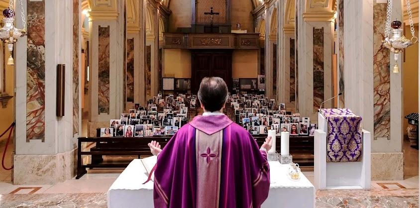 Pe. Giuseppe Corbari, párroco de Robbiano, celebra misa dominical para um monte de fotos