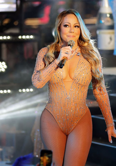 Mariah Carey – Performing  in Times Square