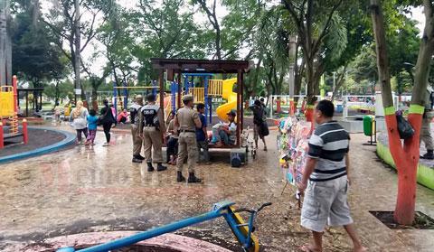 Petugas dari Satpol PP melakukan penertiba pedagang di Alun-alun