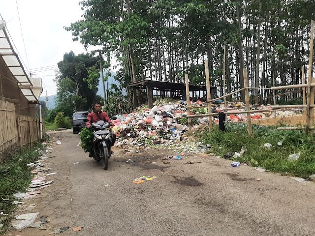 Bau Busuk! Sampah Menggunung Di TPS Kampung Buniaga Desa Ciherang
