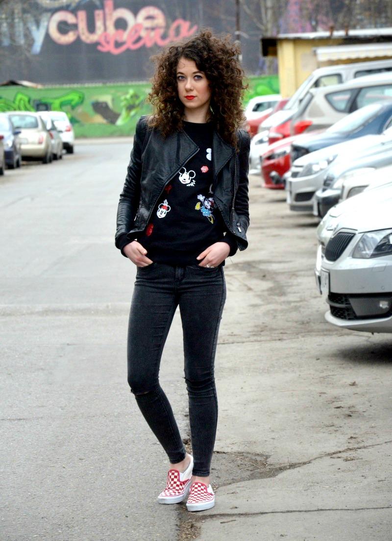 bluza z Myszką Miki, vansy, spodnie z dziurami, ramoneska, kręcone włosy, streetstyle