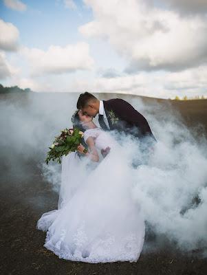 Foto de boda con humo de color blanco creando efecto de nieble