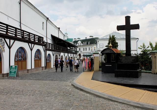 Памятный крест на Ближнепечерской улице
