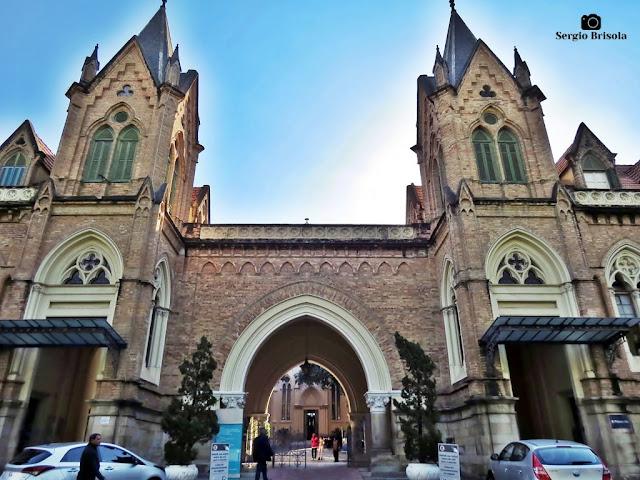 Vista da entrada principal da Santa Casa de Misericórdia de São Paulo