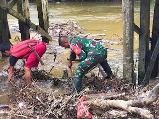 Demi Bersihkan Sungai dari Sampah, Babinsa Sayan Rela Terjun Langsung ke Sungai