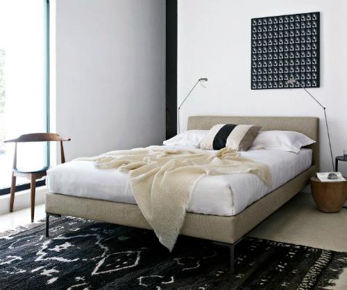 Die meisten Möbel in der Villa stammen von B&B Italia - so auch das beigefarbene Bett im Schlafzimmer.