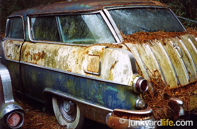 The 1955, 1956 Pontiac Safari shared the same roof, windshield, windows, doors, tailgate, and seats as the Chevy Nomad.