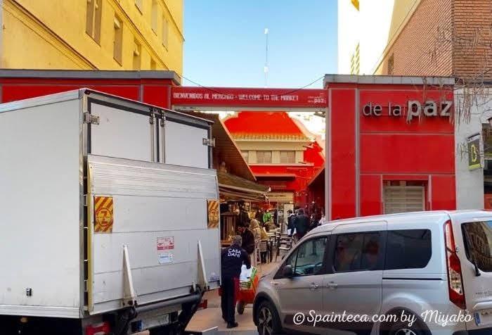 マドリードのメルカド・デ・ラ・パスの赤い壁の入口