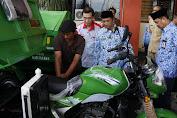 Dinas PRKP dan Cipta Karya Sumenep Serahkan Bantuan Motor Pengangkut Sampah Ke 7 Desa