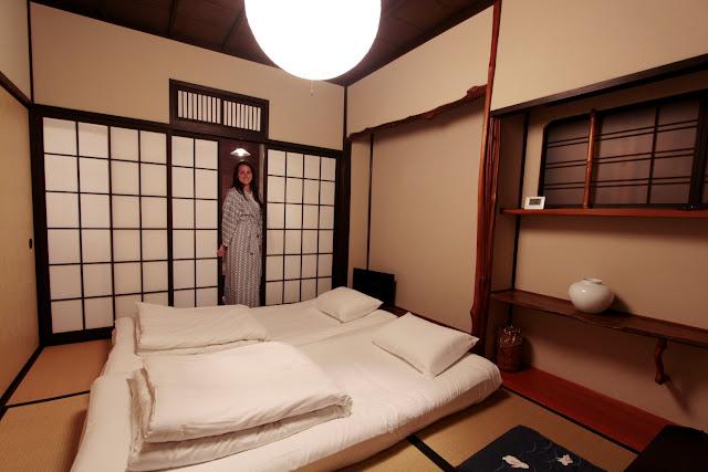 Lena en la habitación de nuestro ryokan de Miyajima