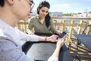 Nainen ja mies ostamassa mobiililippua Katajanokan Altaalla.