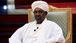 الرئيس السوداني عمر البشير يواجه تهما بارتكاب جرائم حرب