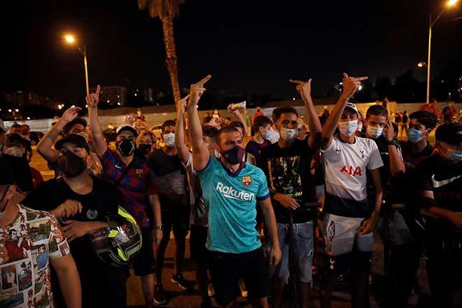 Messi gửi fax đòi rời Barca: Fan biểu tình ngoài Nou Camp, quan lớn xúc động chia tay 7