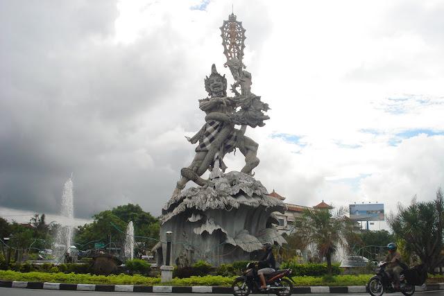 melintasi patung dewa ruci dengan sewa motor di kuta bali