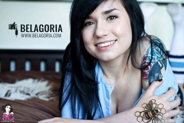 Preciosa mujer con tatuaje de abeja en la mano