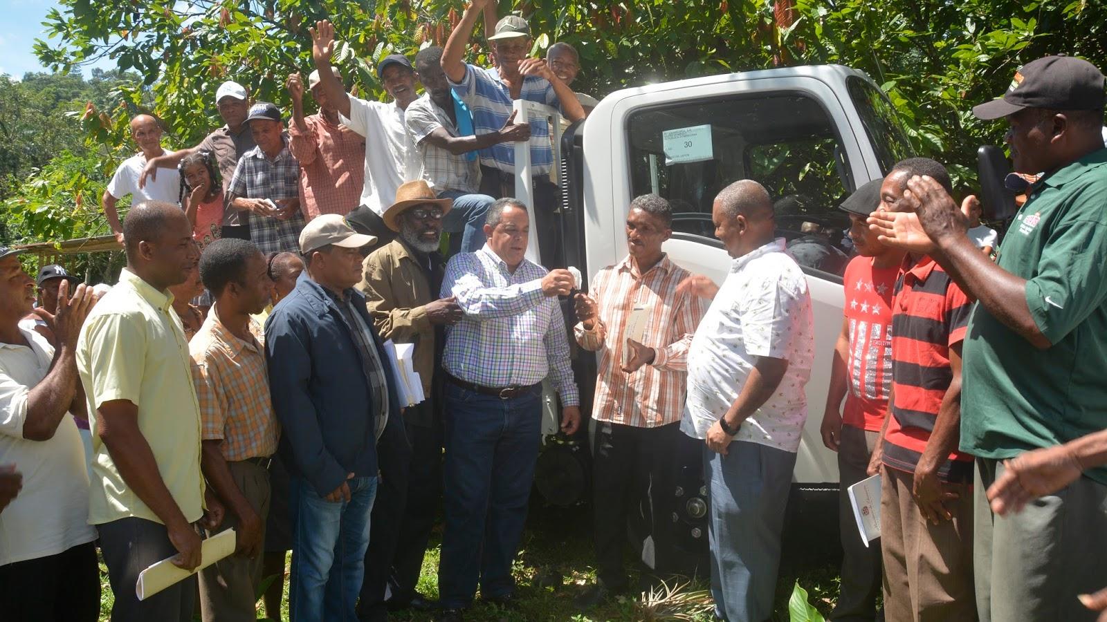 Productores de San Cristóbal reciben camión prometido en Visita Sorpresa