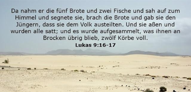 Da nahm er die fünf Brote und zwei Fische und sah auf zum Himmel und segnete sie, brach die Brote und gab sie den Jüngern, dass sie dem Volk austeilten. Und sie aßen und wurden alle satt; und es wurde aufgesammelt, was ihnen an Brocken übrig blieb, zwölf Körbe voll.