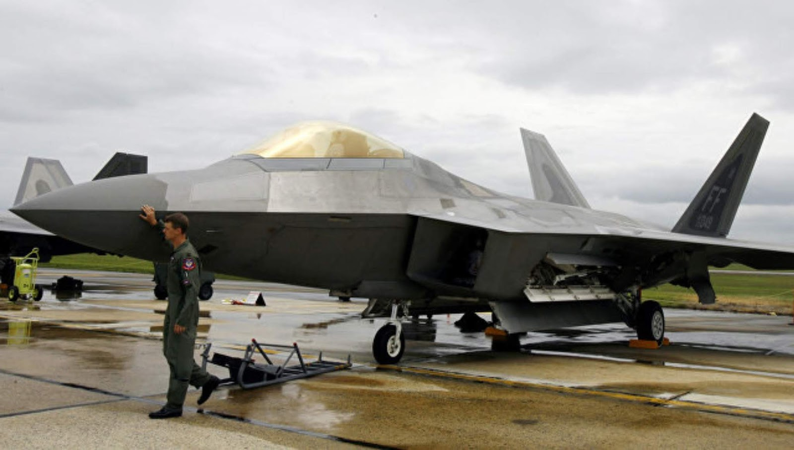 Tegang dengan Iran, AS memindahkan pejuang F-22 ke Qatar